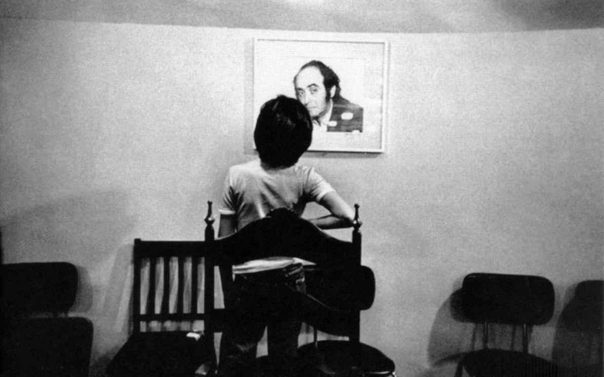 Ivo Herzog observa a foto do pai, o jornalista Vladimir Herzog, morto pela ditadura em 1975