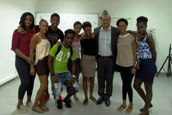 Na foto, Leandro Garcia (terceiro da direita para a esquerda) se reúne com alunos de Letras da Universidade de Cabo Verde