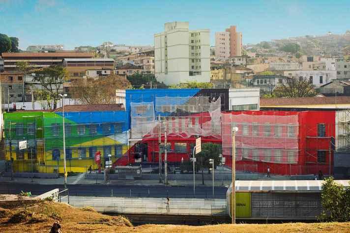 O artista argentino Elian Chali empresta suas cores à fachada do Senai Lagoinha
