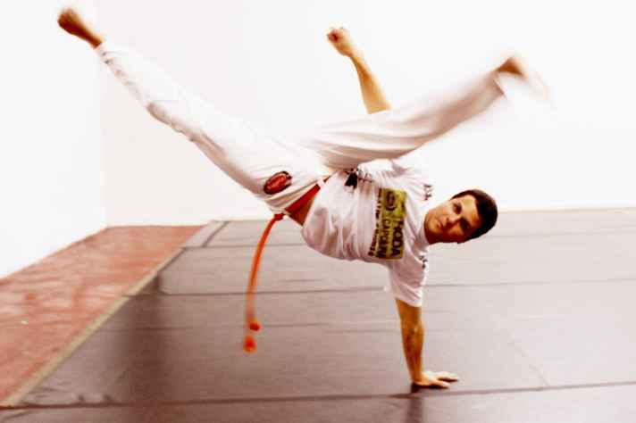 Capoeira, luta que o autor pratica desde a infância, é um dos fios condutores da narrativa