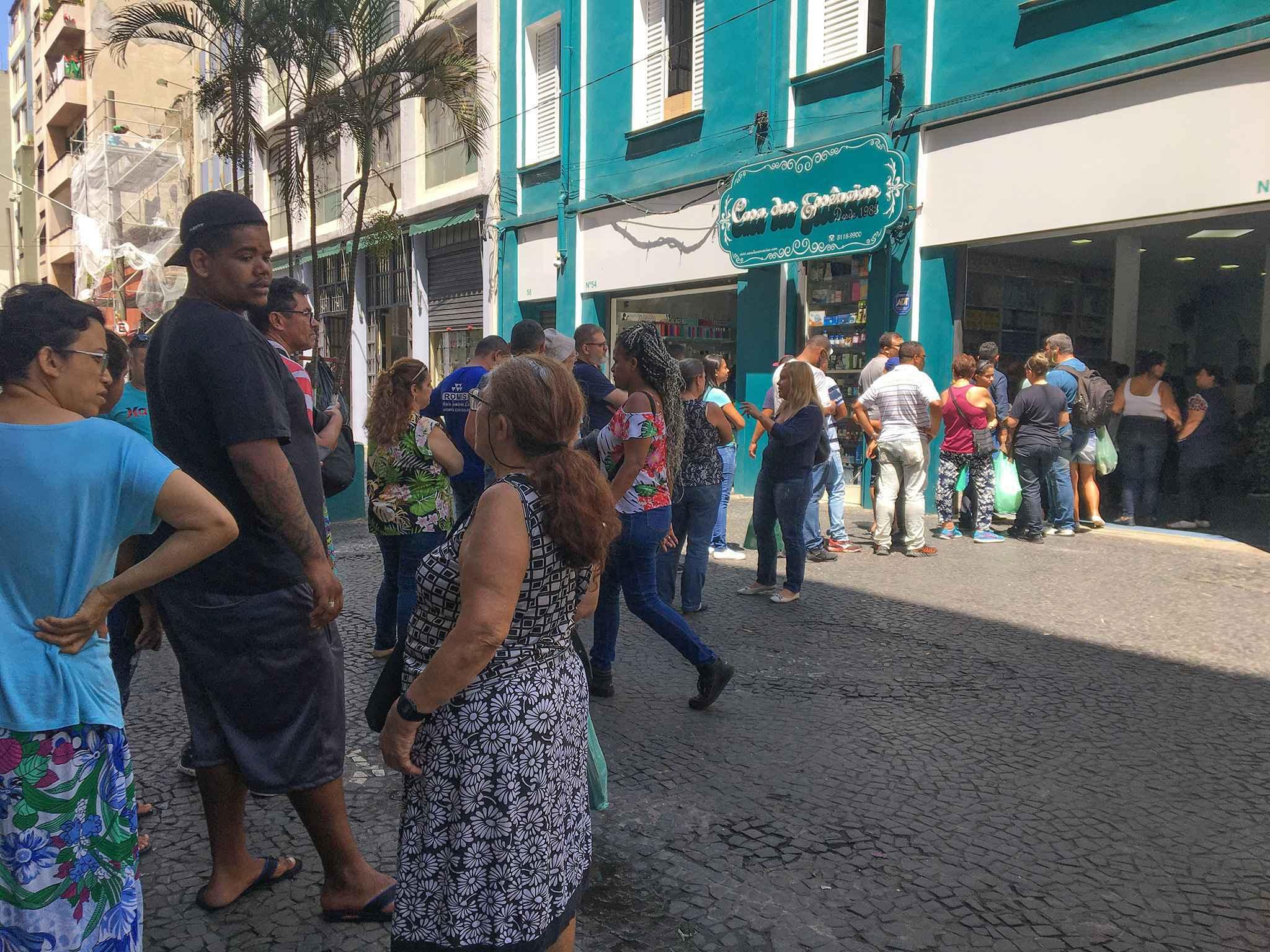 Consumidores fazem fila em loja para comprar álcool gel