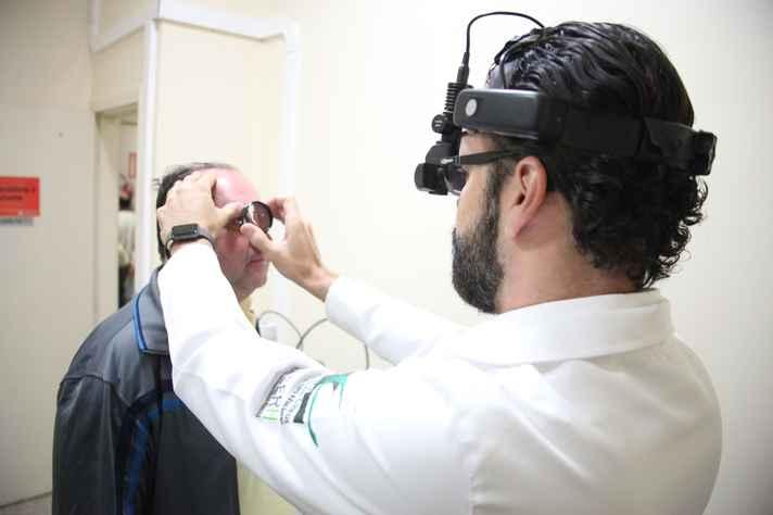 Professor Daniel Vasconcelos examina paciente que participou do estudo