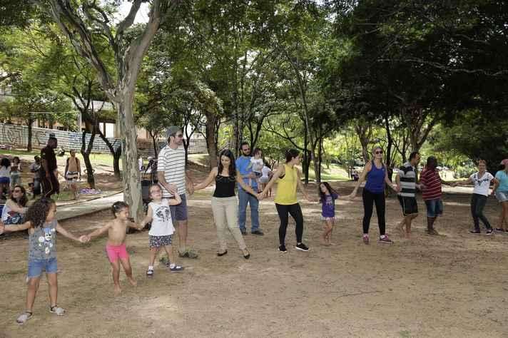 Em roda, adultos e crianças vivenciaram a dança como experimento