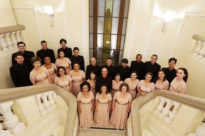 Coro Madrigale, regido pelo maestro e diretor artístico Arnon Oliveira