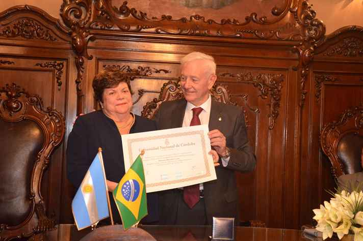 Ana Lúcia Gazzola recebe do reitor Hugo Juri diploma de Doctor Honoris Causa