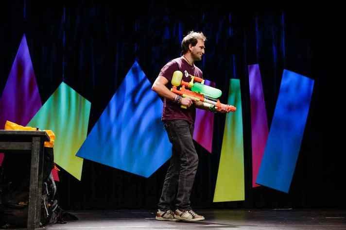 No formato Science Slam os cientistas usam a criatividade para apresentar seus estudos em minutos