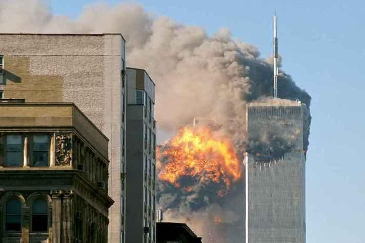 O vôo 175 da United Airlines bate na torre sul do World Trade Center em Nova Iorque