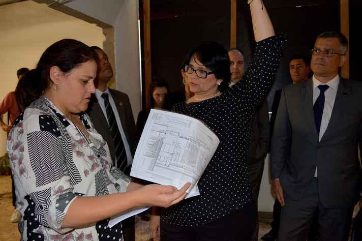 Engenheira da equipe da UFMG apresenta planta da obra para a ministra Damares Alves