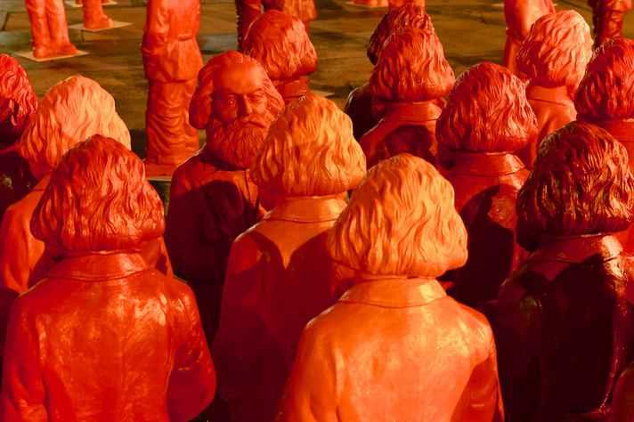 Em 2013, o escultor alemão Ottmar Hörl expôs no portal de Trier, na Alemanha, 500 esculturas de Marx, que nasceu na cidade