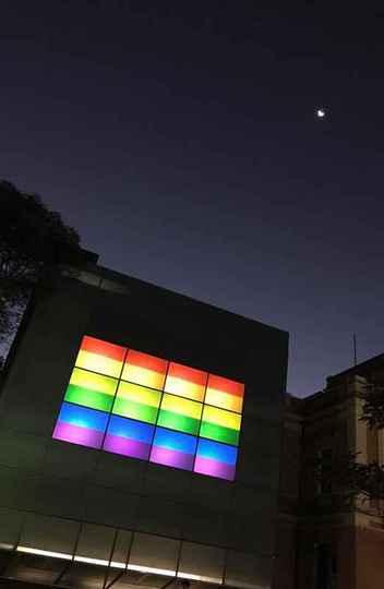 Fachada digital do Espaço do Conhecimento, na Praça da Liberdade, iluminada com as cores da bandeira LGBT+