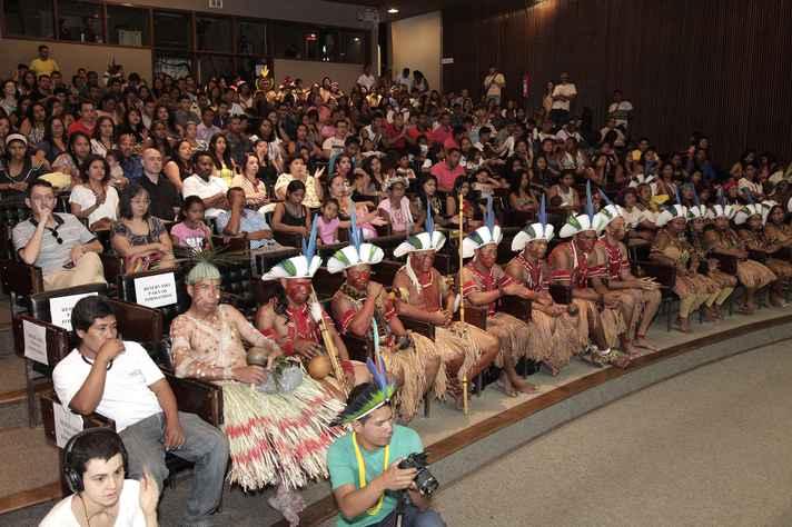 Formandos, na primeira fila do auditório. Seus familiares acompanharam a solenidade