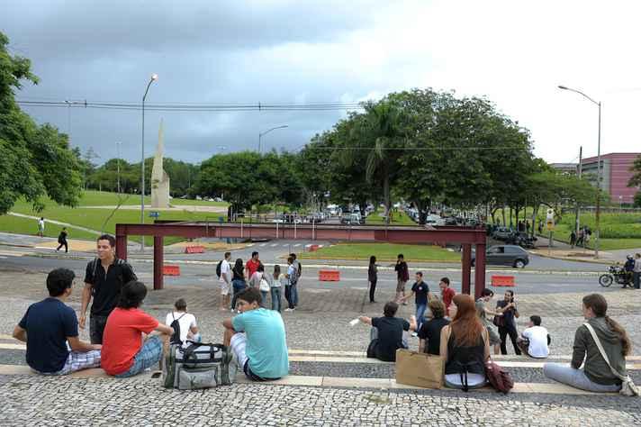 Estudantes entre a Praça de Serviços e a Avenida Mendes Pimentel: curiosidades históricas e culturais sobre a UFMG serão reveladas durante os passeios
