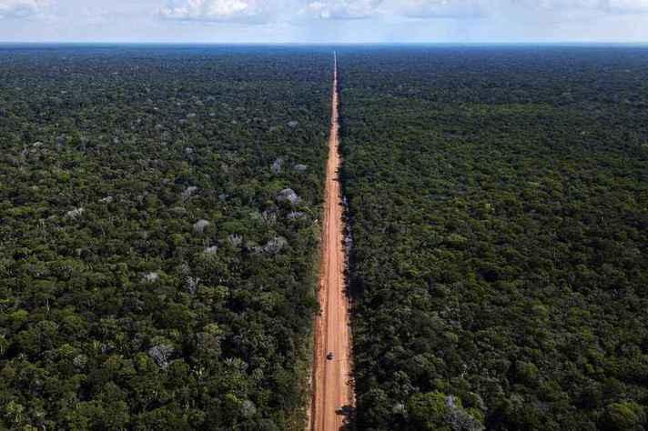 BR-319, que corta a Amazônia, ligando Porto Velho a Manaus