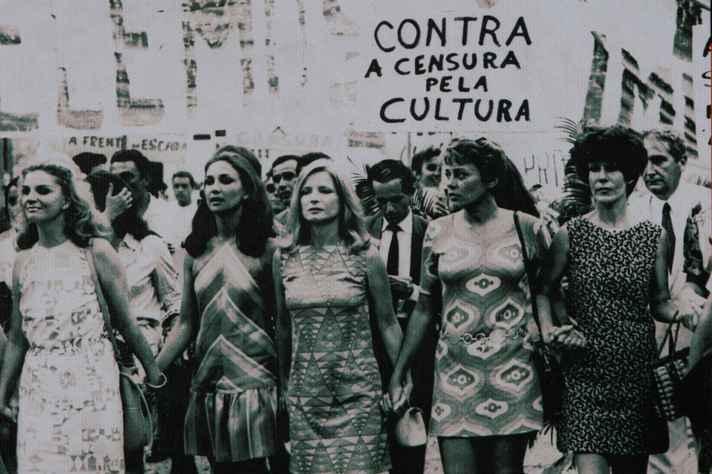 Atrizes fazem passeata contra a censura durante a Ditadura Militar