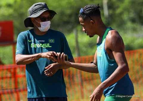 Luiz Arthur (à direita), com o treinador Marcio Prudêncio: