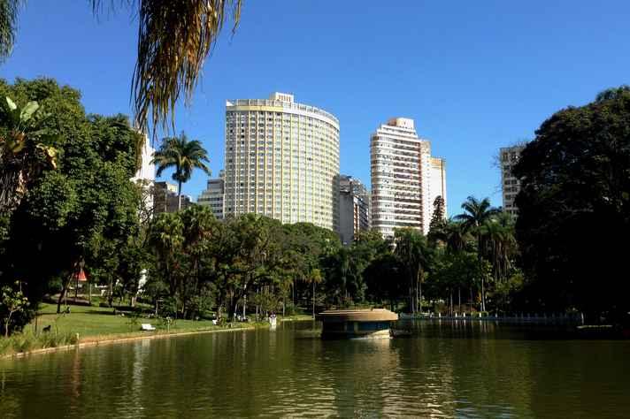 Vista do lago do Parque Municial no Centro de BH.