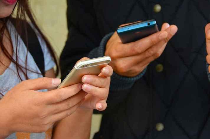 Compartilhamento de mensagens pelo celular é um dos alvos do projeto de lei das fake news
