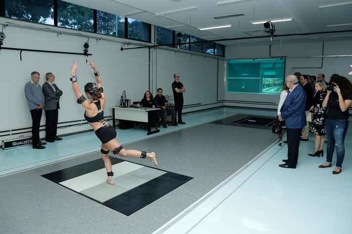 Demonstração de uso da esteira instalada no Laboratório de Análise do Movimento