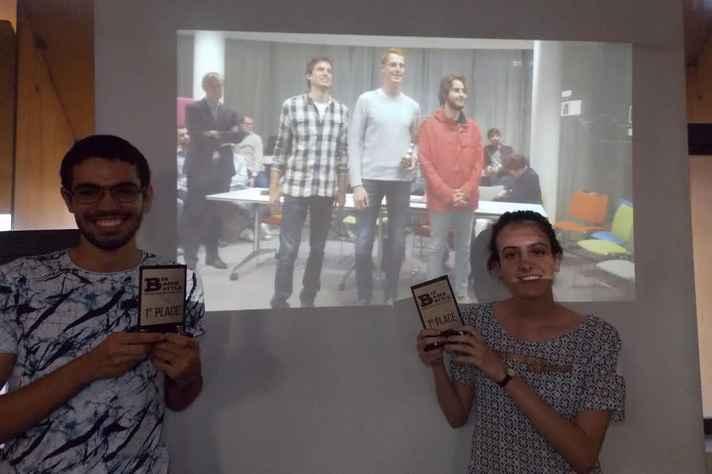À frente, Gabriel Jacintho e Carolina Rettore; na imagem projetada pelo telão os holandeses Thijs Van Der Wiel e Stijin Van Hout e o espanhol Rafael Peris
