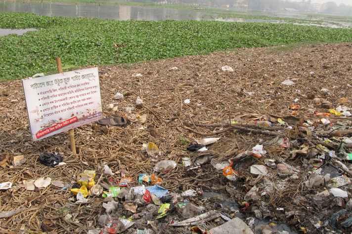 Poluição no lago Santragachi na Índia