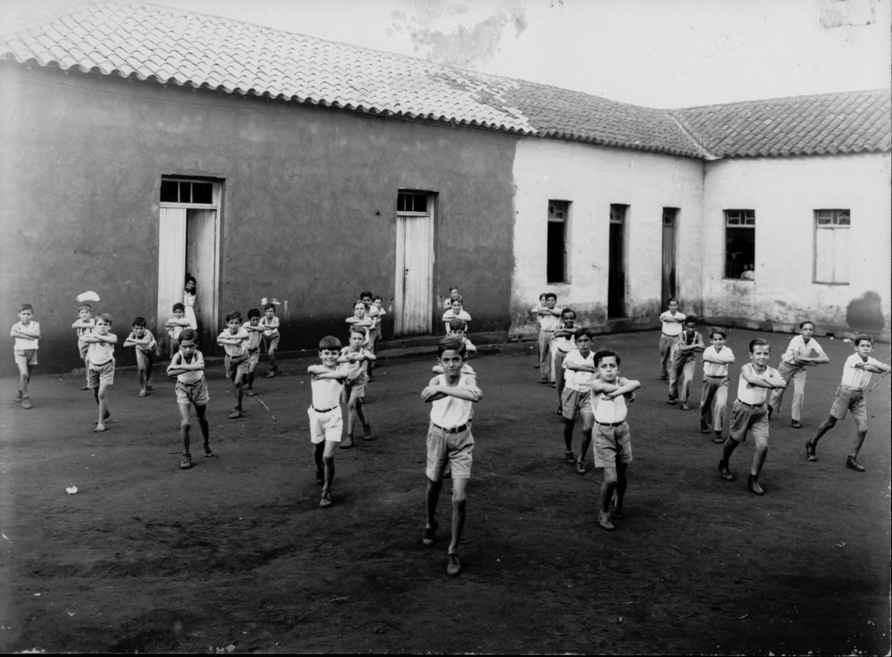 Crianças praticando ginástica em Rio Verde (GO)