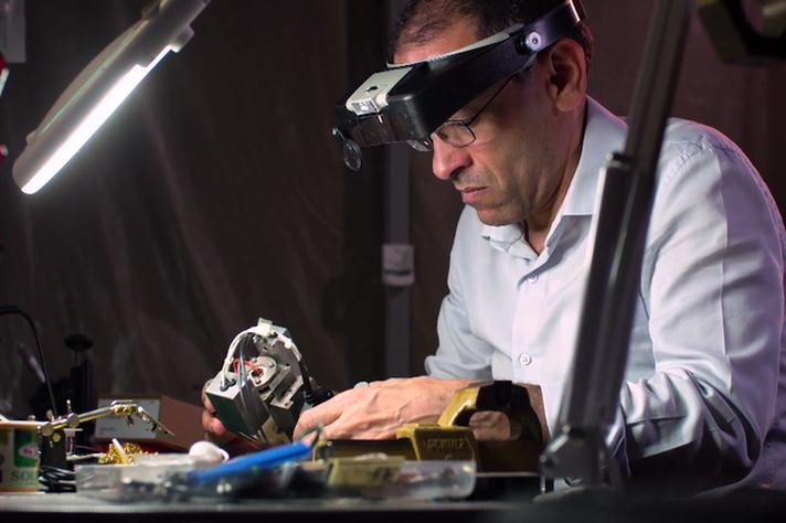 Ado Jorio manipula peça eletrônico-mecânica que controla o posicionamento na nanoantena