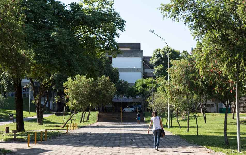 Entrada do prédio da Faculdade de Letras, no campus Pampulha: