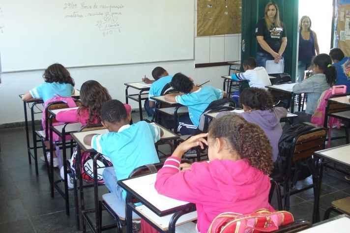 País precisa incluir 1,95 milhão de pessoas no sistema educacional