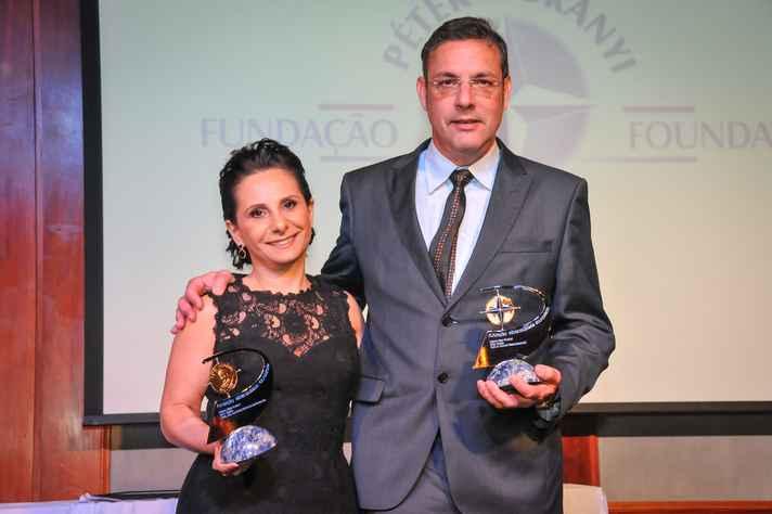 Ana Paula Fernandes e Ricardo Gazzinelli, professores da UFMG, receberam o prêmio em 2014