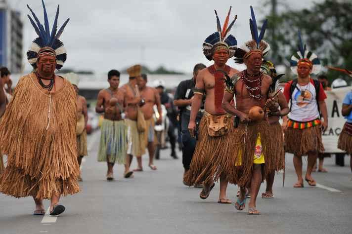 Delegação de indígenas da Bahia, composta por povos Pataxó, Pataxó Hahãehãe, Kaimbé, Kariri e Tupinambá, em protesto na Esplanada dos Ministérios