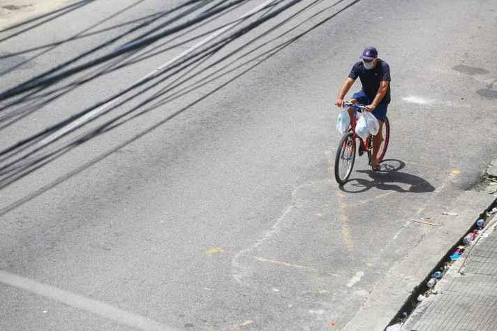 Ciclista solitário trafega em avenida de Belém, no Pará: