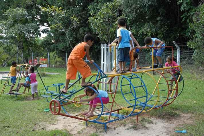 Crianças em área de lazer da Umei Alaíde Lisboa