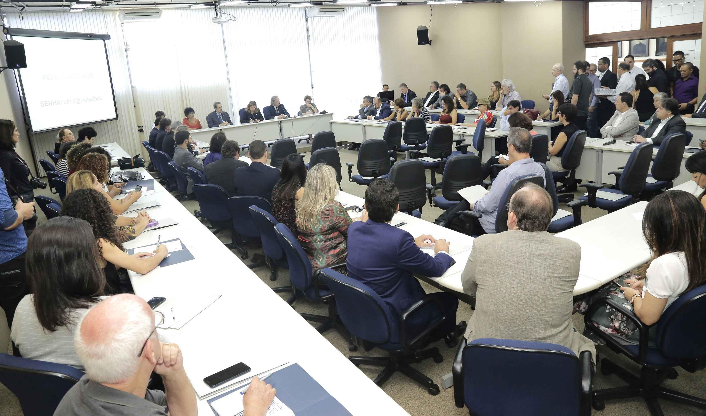 Gestores das instituições de pesquisa e parlamentares na sala de sessões da Reitoria da UFMG