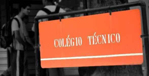 Placa afixada em frente ao Colégio Técnico, que oferece 180 vagas