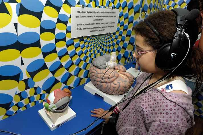 Criança observa exposição no Museu Ponto UFMG