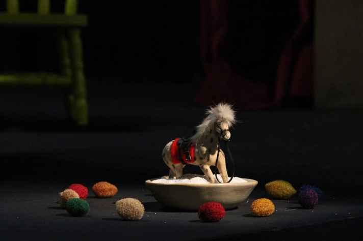 Oficina 'Pequenas Dramaturgias' utiliza diversos materiais para a montagem de uma cena curta do cotidiano