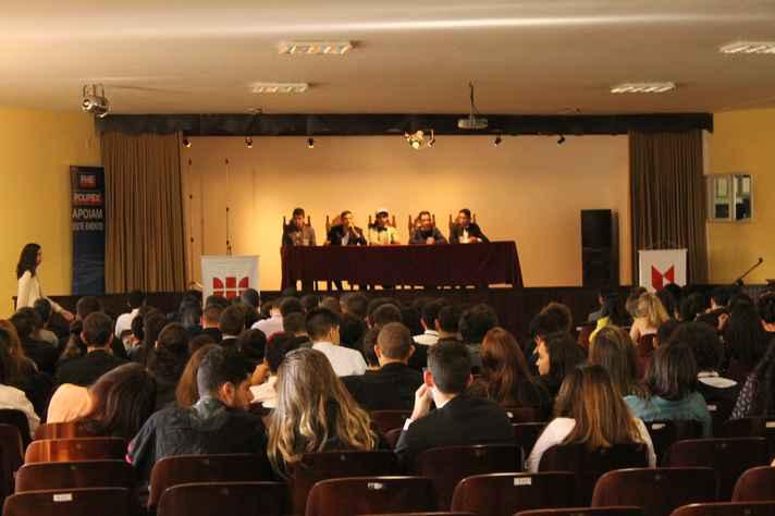 Estudantes debatem temas como guerras e situação da mulher no mundo