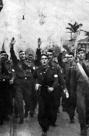 Membros da AIB fazendo a saudação em manifestação pública em 1935.