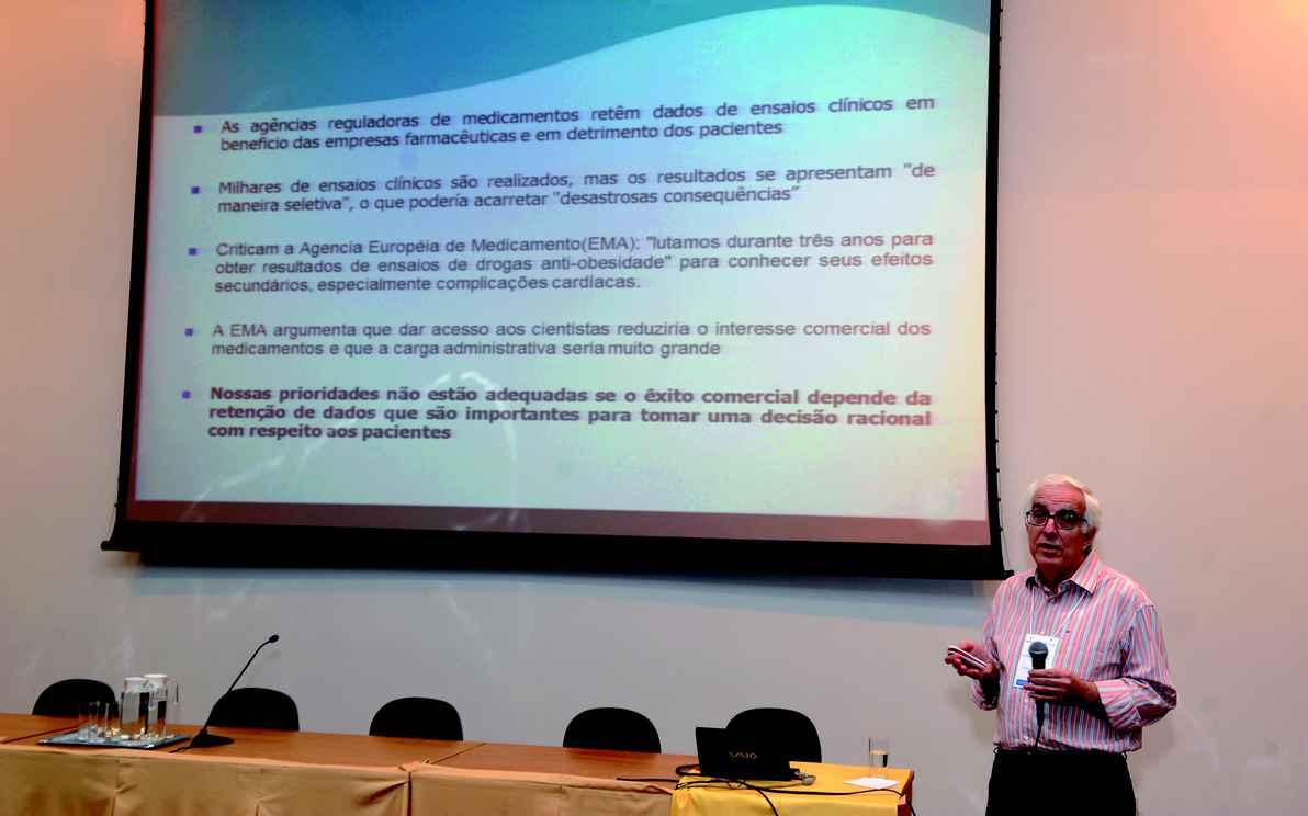 Professor Francisco Acúrcio discorreu, em sua palestra, sobre descobertas científicas e geração de evidências