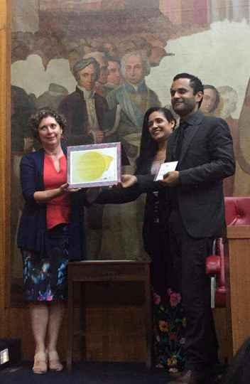 Diretoria recebendo o certificado, em cerimônia da Unesco