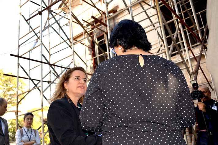 A reitora Sandra Goulart Almeida conversa com a ministra Damares Alves em frente à fachada do antigo