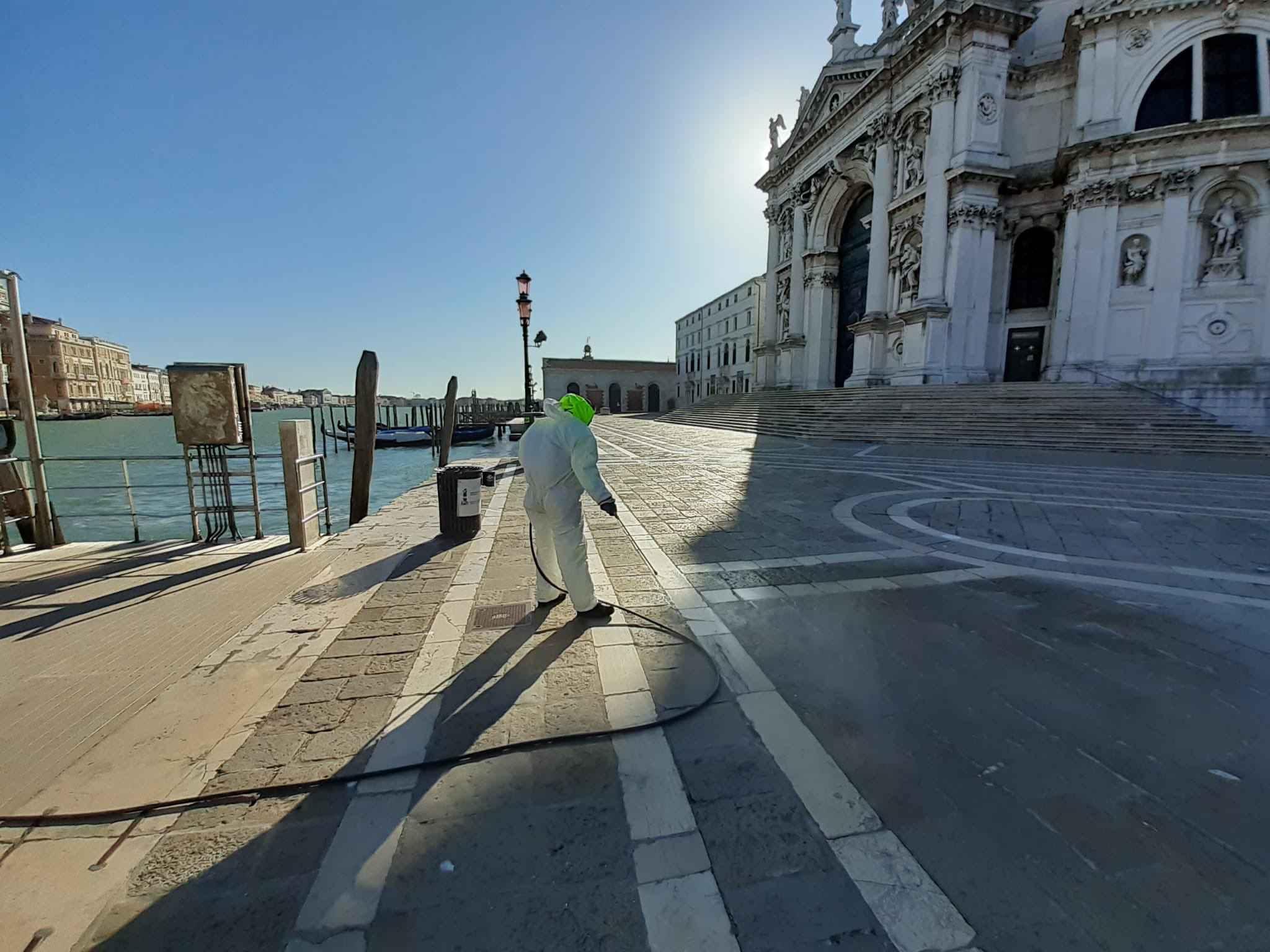 Técnico faz higienização de espaço público na Itália
