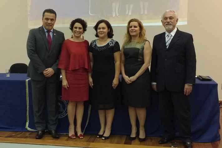 Na cerimônia de posse, da esquerda para a direita: Jaime Ramírez, Leiliane André, Micheline Silveira, Sandra Almeida e Gerson Pianetti