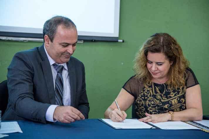 Sandra Goulart Almeida assina o termo de posse que oficializou a recondução de Leonardo Tuffi ao cargo de diretor do ICA
