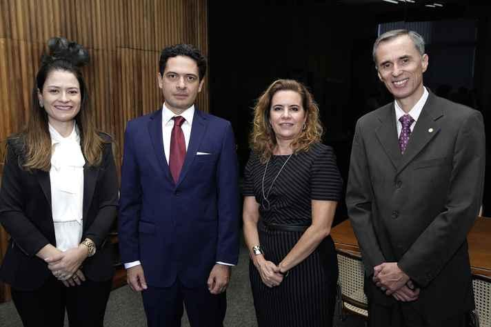 Ludmila Meira Maia Dias, procurador-chefe adjunta da Procuradoria Federal na UFMG, junto a Henrique de Melo Secco, Sandra Goulart Almeida e Alessandro Moreira, vice-reitor