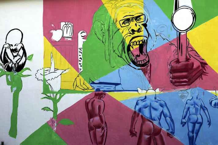 Painel Geração Coca-cola, do grafiteiro Gud, ilustra a entrada do prédio da Fafich