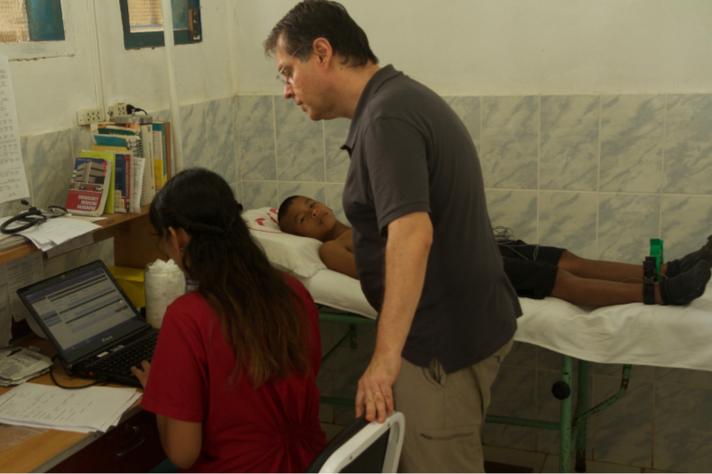 Cardiologista Antônio Ribeiro orienta serviço de telessaúde, em Santa Clotilde, Loreto