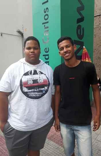 Os amigos Victor Arthur, 18, e Carlos Daniel, 17, foram fazer o Enem juntos. Carlos quer fazer Educação Física e Victor, Publicidade.
