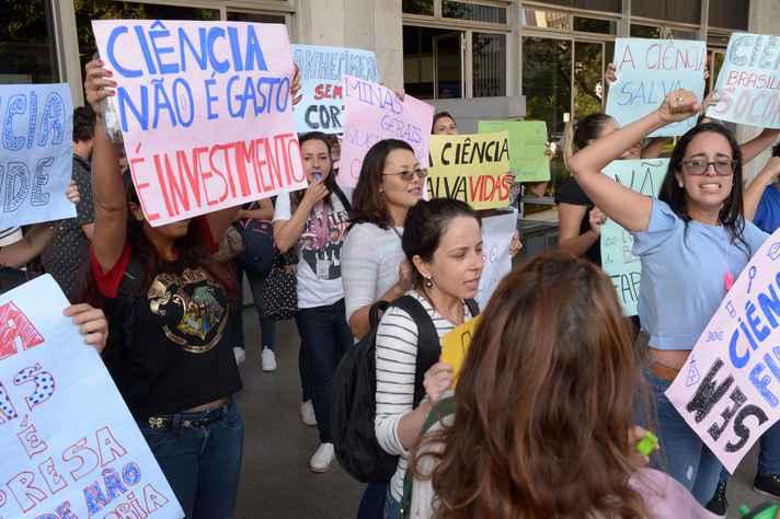 Bolsistas protestam contra o corte de recursos da Fapemig na entrada da ALMG