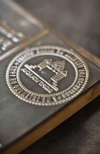 Brasão contém a mensagem que simboliza o compromisso da UFMG com a transformação